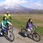 羊蹄山とマウンテンバイクに乗る親子