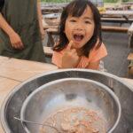 ネイチャーライフでのアイスクリーム作り体験をする子供